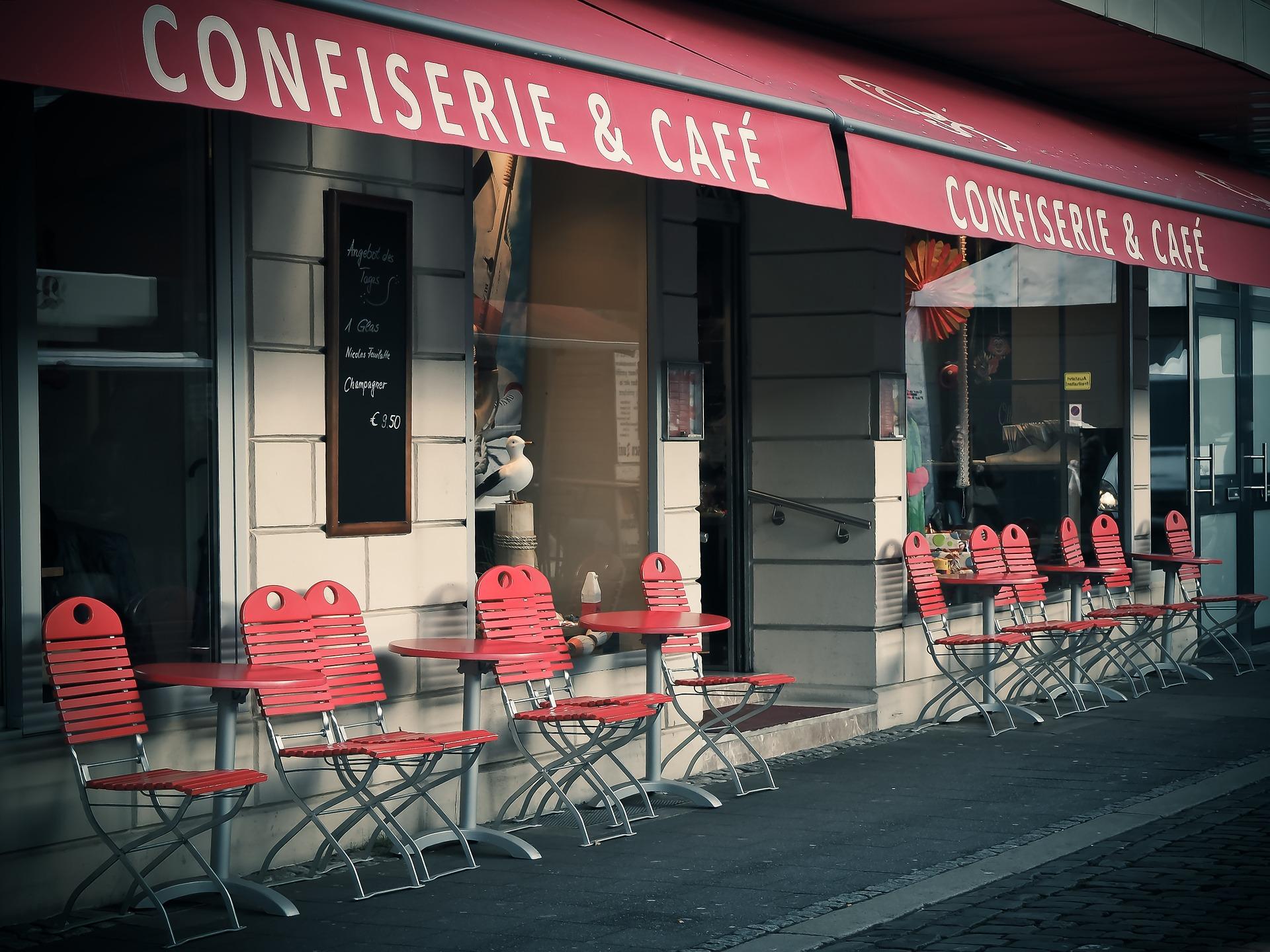 kleines Straßencafe in einer Seitenstraße