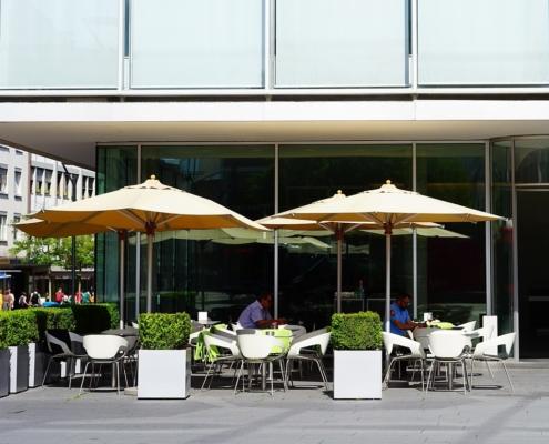 Straßencafe im Sommer